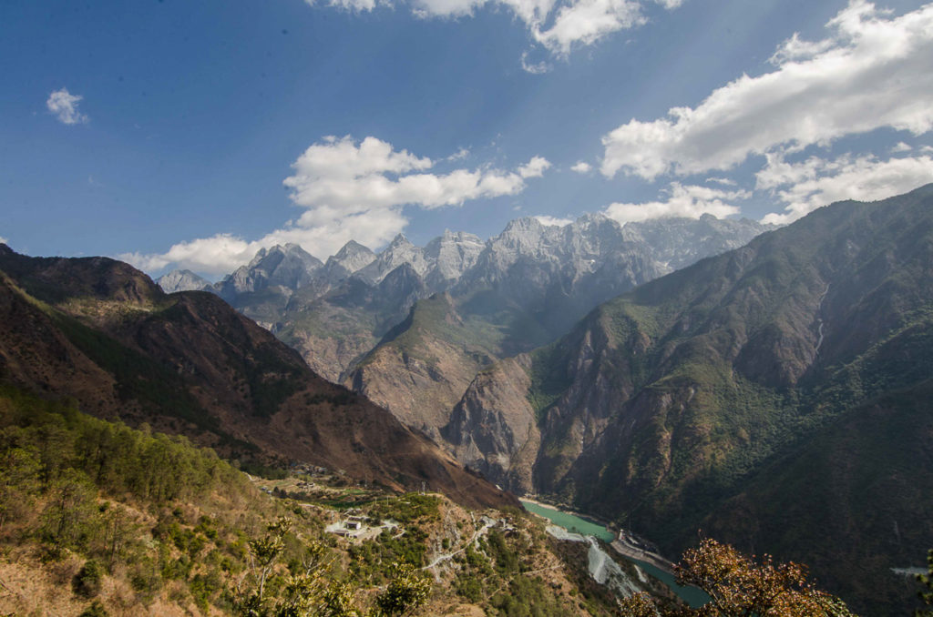 Yangtze river flowing in the tiger leaping gorge