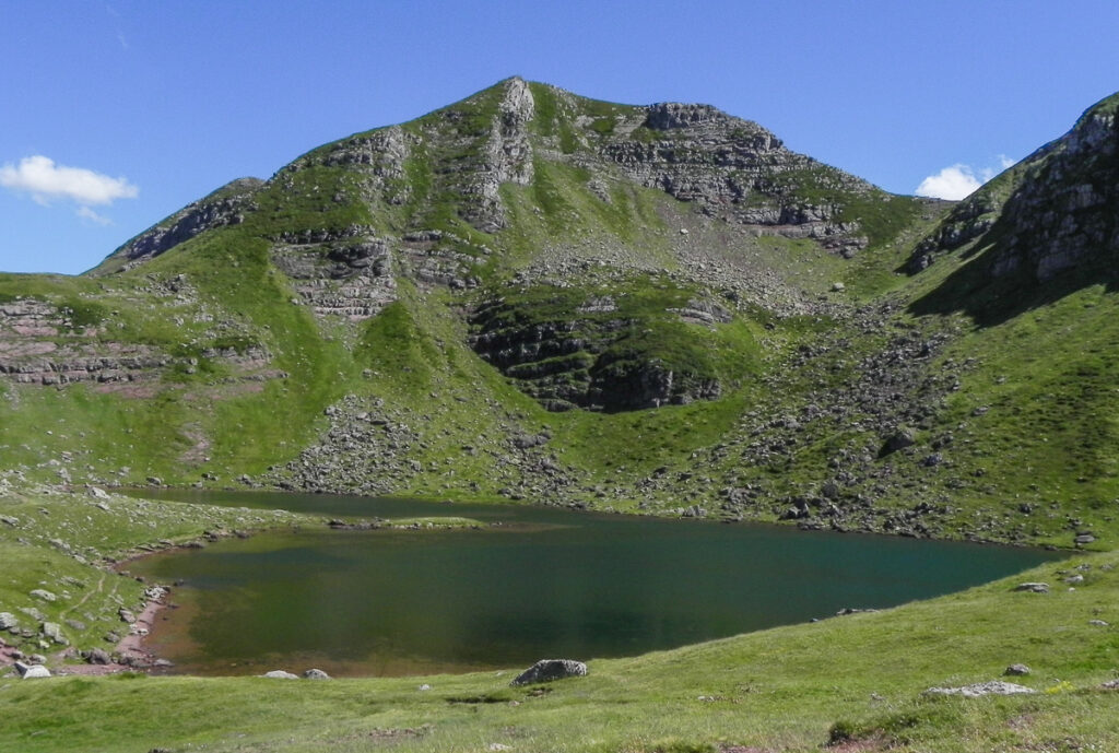 lake infront of the mountain