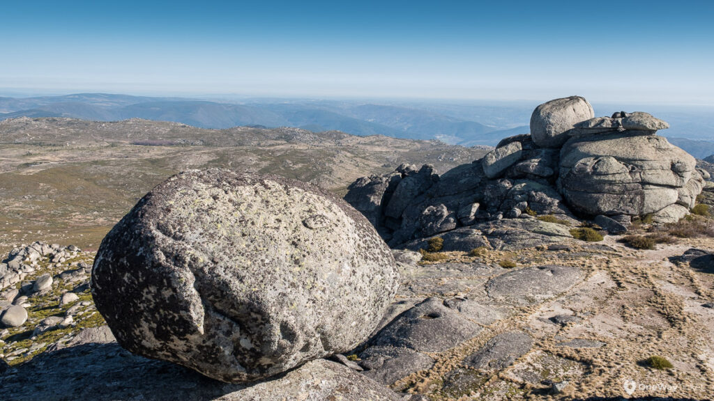 Boulders on the top of the Poios Brancos with far distant views